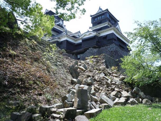 石垣が崩れた熊本城大小天守閣