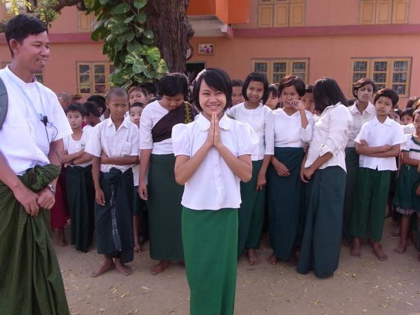 ジェタウン僧院教育センターでは女生徒が歓迎の言葉を述べてくれた=バガンで