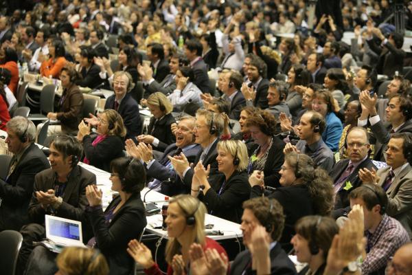 写真・図版 : 名古屋議定書の採択に拍手する各国の代表ら