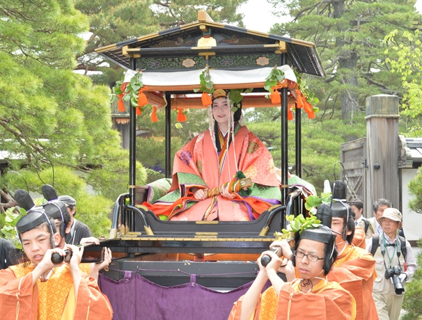 腰輿(およよ)と呼ばれる輿(こし)に乗って京都御所を出発する葵祭の斎王代=2015年5月15日、京都市上京区