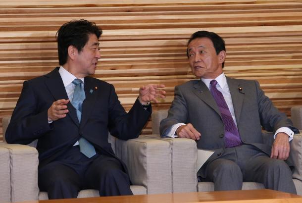 閣議を前に麻生太郎財務相(右)と話す安倍晋三首相=5日、首相官邸