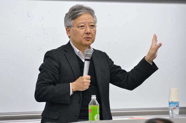 写真・図版 : 講演する杉田敦教授