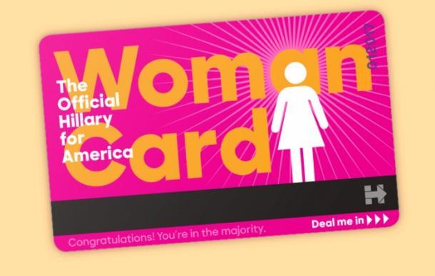 写真・図版 : クリントン陣営が支持者に配っている「女性カード」