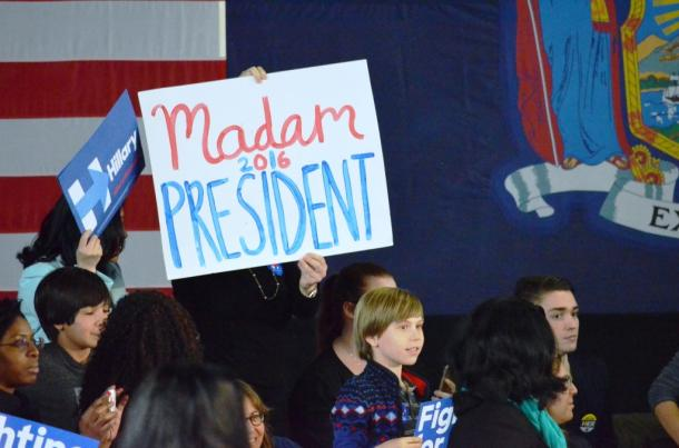 写真・図版 : クリントン氏の支持者らが掲げた「マダム大統領」のプラカード