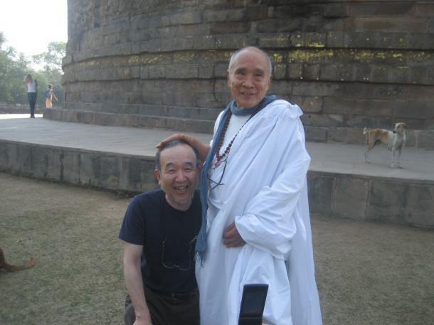 谷川俊太郎さん(左)と徳永進さん=インドで