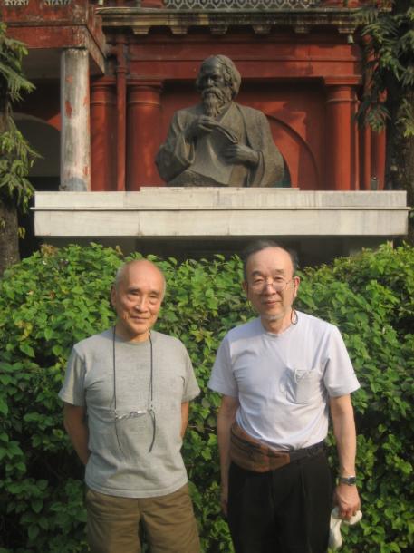 谷川俊太郎さん(左)とインド・コルカタのタゴール記念館で