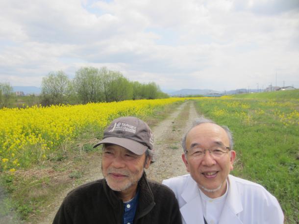 写真・図版 : 患者さんと菜の花畑で