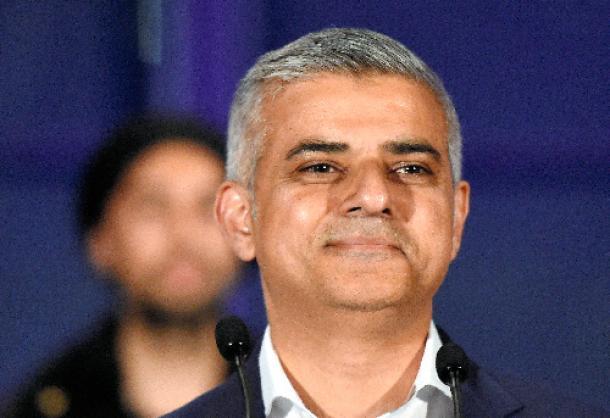 写真・図版 : ロンドン市長に当選したサディク・カーン氏
