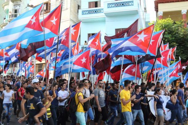 旗ととにパレードする学生たち