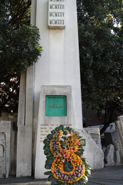 アントニオ・メリャの「塔」に花が捧げられる