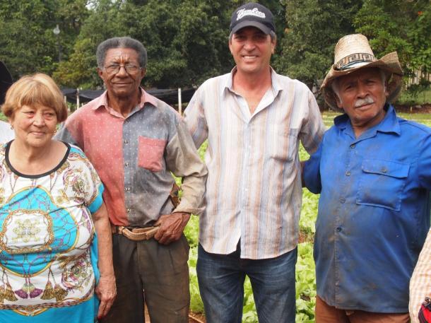写真・図版 : ララさん(右から2人目)と農場の人々=ハバナで 撮影・筆者