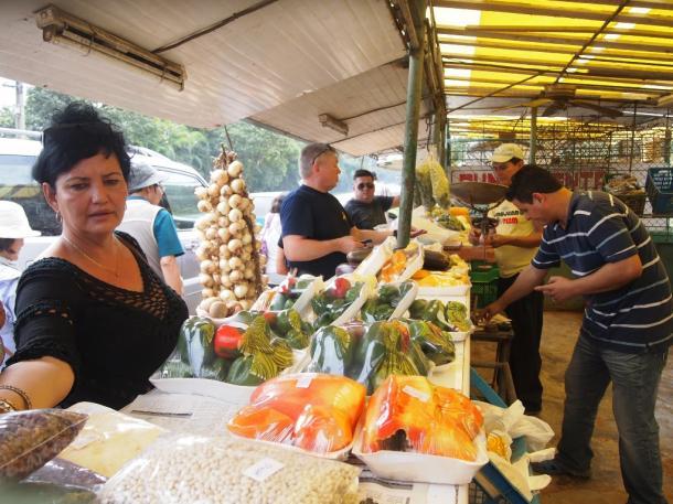 写真・図版 : ララ農園の直売場にやってきた買い物客たち=ハバナで 撮影・筆者