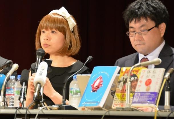 「一部がアートと認められたのは良かった」と会見で話す五十嵐恵被告=東京都千代20160509