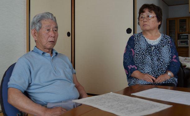 「なぜ、私たちがこんな目に遭わなければいけんかったのか」。その理由を知りたいと話す浜野博さん。栄子さん夫妻=鹿児島県志布志市