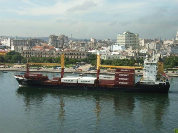 写真・図版 : 米国の農産物を積んでキューバに入港する貨物船=2007年、ハバナで 撮影・筆者