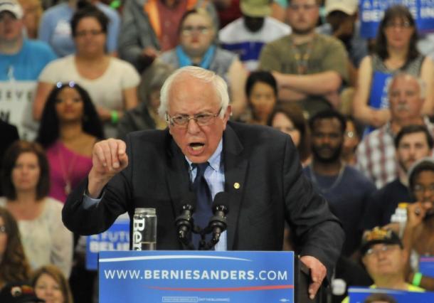 力のこもった演説をするバーニー・サンダース上院議員=ウェストバージニア州ハンチントン