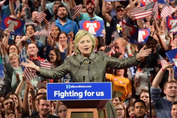 支持者の前で演説するヒラリー・クリントン氏=ペンシルベニア州フィラデルフィア
