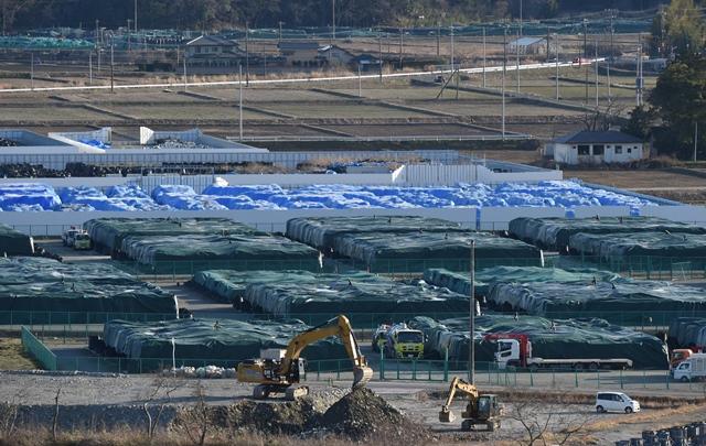 写真・図版 : 除染廃棄物の仮置き場=2016年3月26日、福島県楢葉町、福留庸友撮影