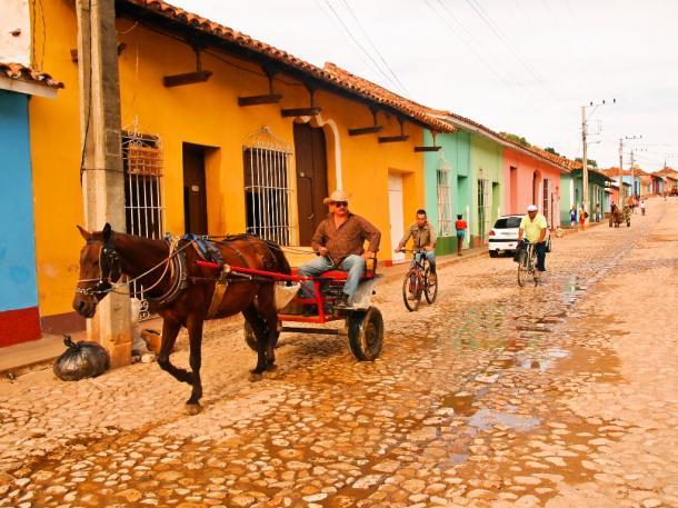 写真・図版 : 石畳の道をタクシー代わりに走る馬車=トリニダーで 撮影・筆者