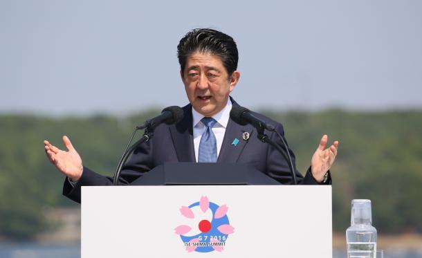 英虞(あご)湾を望む会場で会見する安倍晋三首相