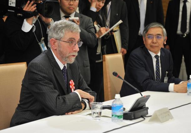 写真・図版 : 国際金融経済分析会合で発言する経済学者のクルーグマン教授。右は黒田東彦日銀総裁