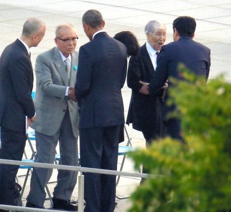 写真・図版 : オバマ大統領と握手を交わす森重昭さん(左)と、安倍首相と握手する坪井直さん=27日午後、広島市中区、青山芳久撮影