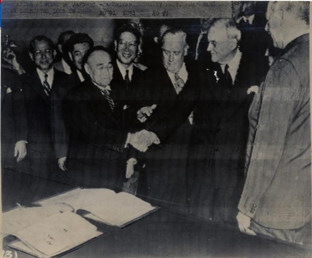 日米安全保障条約の調印を終え、ダレス全権と握手する吉田茂首相(左)=195198