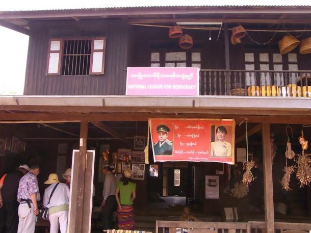 写真・図版 : 土産物屋はスーチーさんの与党の支部事務所でもあった=バガンで 撮影・筆者