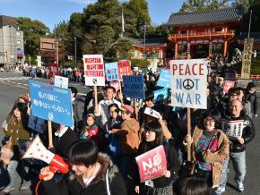 写真・図版 : 成立した安全保障関連法に反対してデモをする「SEALDs KANSAI」のメンバーら=2015年12月20日、京都市東山区