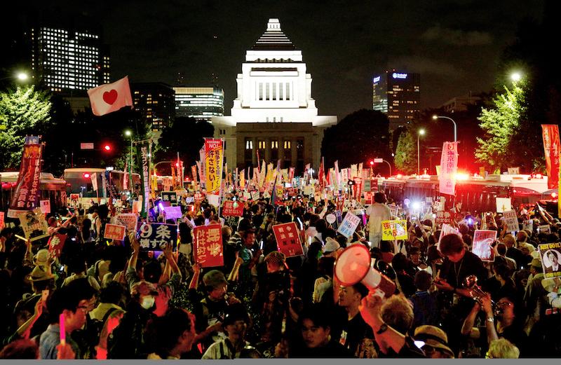 写真・図版 : 安全保障関連法案に抗議し、国会前の車道を埋め尽くす人たち=2015年9月14日