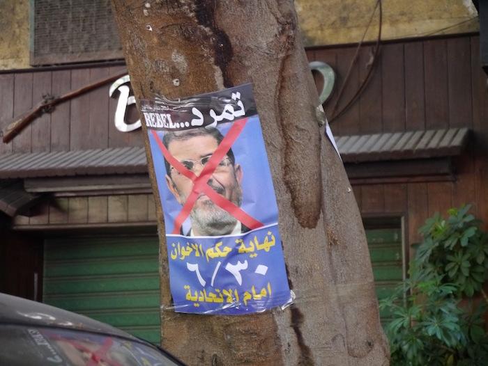 2013年6月、当時のモルシ大統領の顔に×をつけ、デモを訴えるポスター