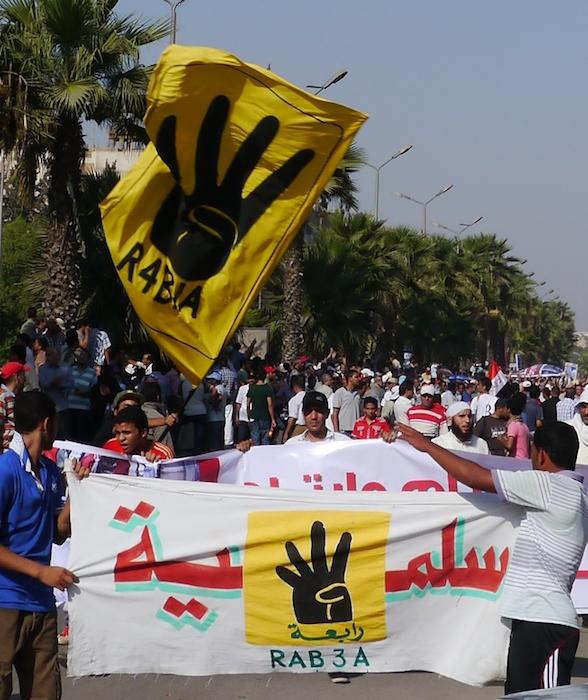 エジプトの軍事クーデターの後に、カイロで金曜礼拝の後に行われたムスリム同胞団支持者による反クーデター軍デモ=2013年8月