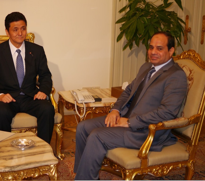 写真・図版 : エジプトを訪問した岸信夫外務副大臣(当時)と会談したシーシ大統領(右)=2014年7月、撮影・筆者