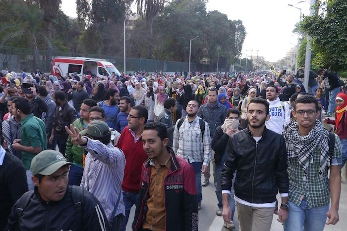 軍のクーデターに抗議するカイロ大学の学生によるデモ=2013年12月