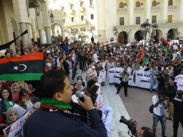 リビアでは革命後、台頭する民兵の横暴化に抗議する市民の集会=2013年11月
