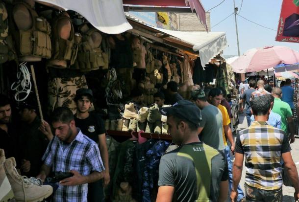 写真・図版 : 「イラク・シリア・イスラム国」がイラク北部のモスルを制圧した後、緊張が高まるバグダッドでは、軍用品を売る商店がにぎわっていた=2014年6月、撮影・筆者