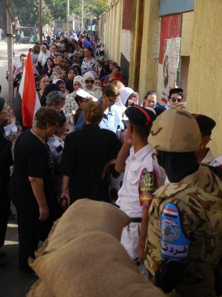 「イスラム国」がモスルを制圧した後、事態の悪化を恐れて、出国のため必要な証明書をとるために詰めかけたバグダッド市民=2014年5月