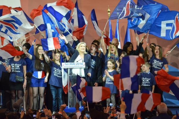 写真・図版 : 集会で支持者にあいさつをする「国民戦線」のマリーヌ・ルペン党首=パリ、国末憲人撮影