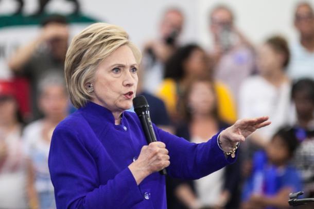 写真・図版 : 集会で演説するクリントン前国務長官=ランハム裕子撮影