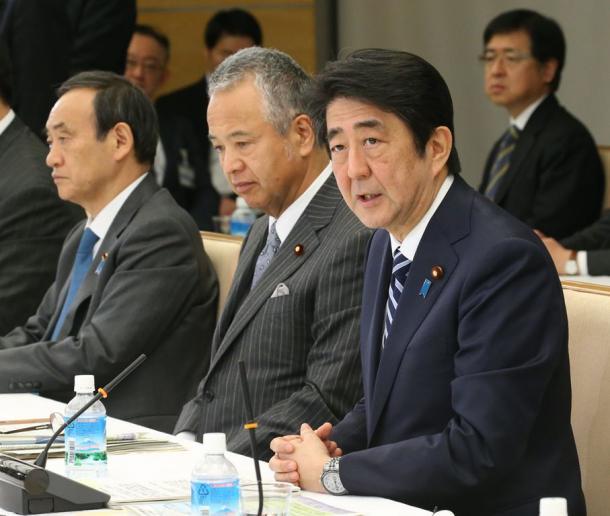 写真・図版 : 産業競争力会議に臨む安倍晋三首相(右手前)。中央は甘利明経済再生相=1月25日
