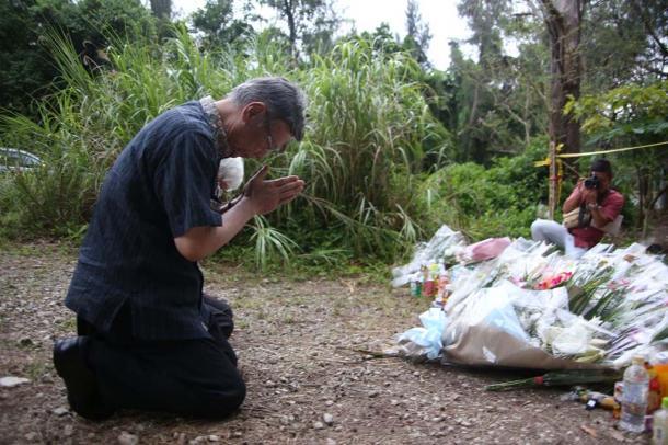 女性の遺体が遺棄された現場で手を合わせる沖縄県の翁長雄志知事=1日午後7時9分、同県恩納村20160601