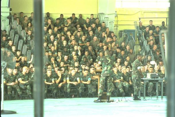 米兵による少女暴行事件で、在沖縄米海兵隊は1995年10月4、5両日を「反省の日」として、訓練の自粛をした。5日には、7つの基地内の体育館などに隊員を集め、日米地位協定や日本の文化、習慣への意識を高めるための講義を行った。写真は、沖縄県北谷町のキャンプ瑞慶覧で講義を受ける海兵隊員たち 199510