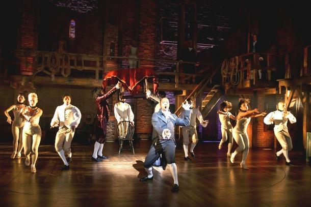 『ハミルトン』の舞台。中央が、政敵アーロン・バーを演じるレズリー・オドム・ジュニア。撮影:Joan Marcus