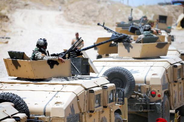 ファルージャ近郊に集結したイラク治安部隊の車両=5月