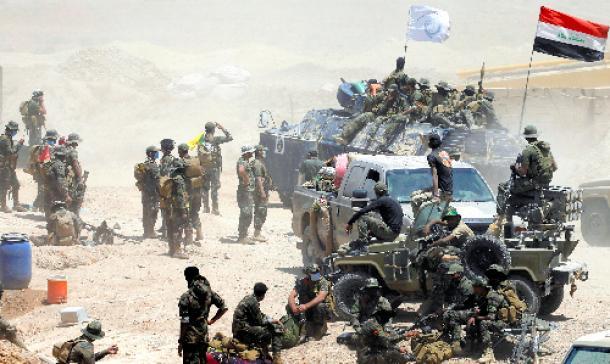 ファルージャ近郊に集結したイラク治安部隊=5月