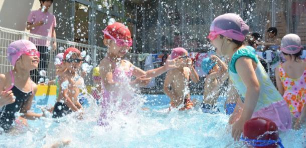プール開きに大はしゃぎの保育園児たち
