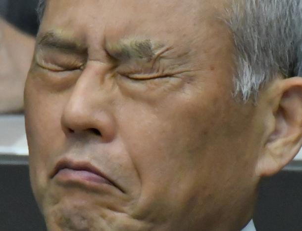 写真・図版 : とうとう抗しきれず辞職願を提出した舛添要一氏