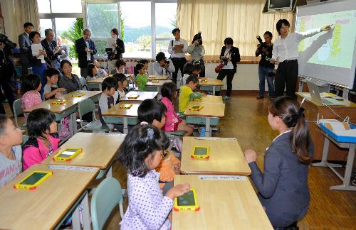 写真・図版 : 小学校1年生へのプログラミング授業=2014年10月20日、佐賀県武雄市の山内西小学校、安楽秀忠撮影