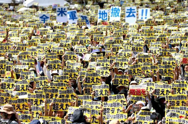 写真・図版 : 県民大会で、「怒りは限界を超えた」と書かれたボードを掲げる参加者たち=2016年6月19日、那覇市の奥武山陸上競技場