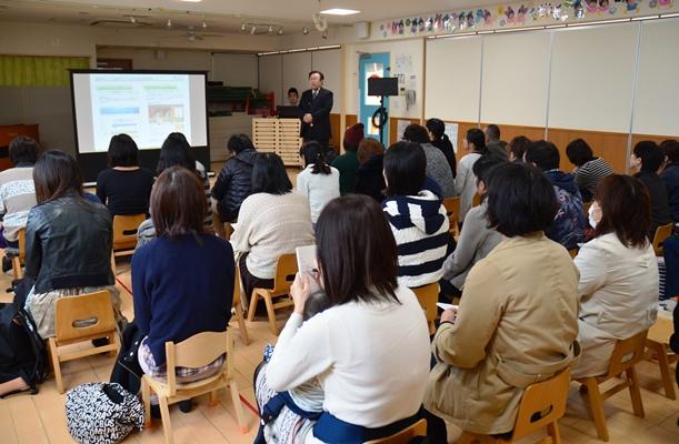 保護者らで満席の保育園の説明会=2014年11月、千葉県市川市